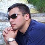 Мужчина в очках и часами